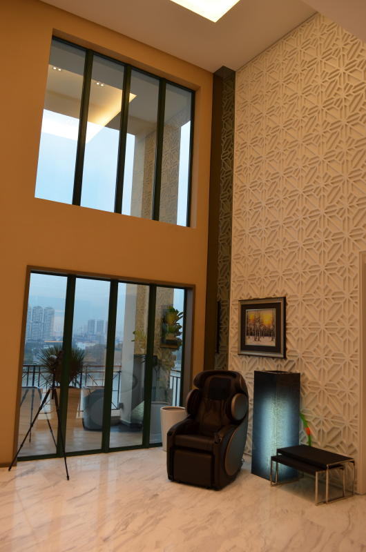 9 Great view with massage chair Swarovski Optik Binoculars in Living Hall with Kallang River and National Stadium View 16 Tanjong Rhu Penthouse Double Storey Modern Oriental Designer Style: Living Room